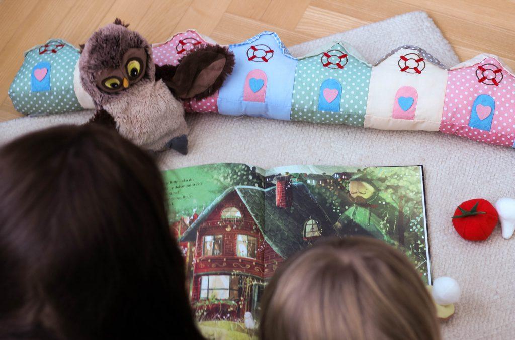 roditelj i dijete čitaju bajke