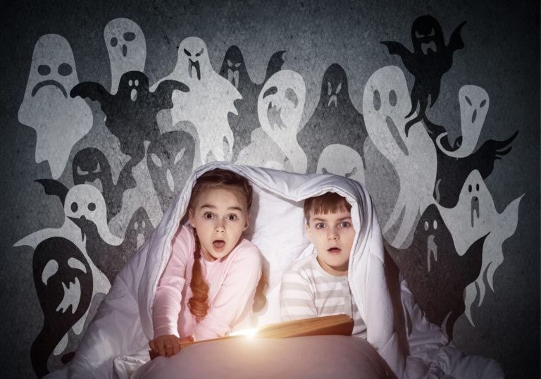uplašeni dječak i djevojčica čitaju knjigu