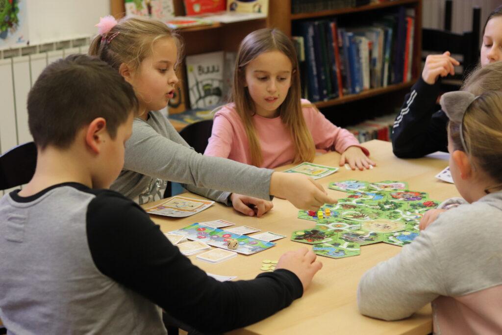 djeca-igra-čiri-biri-bajka-na-stolu-u-školi