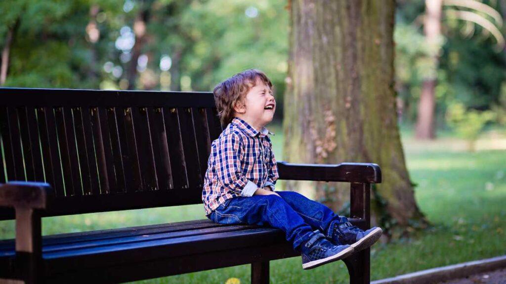 dječak_plače_na_klupi_u_parku