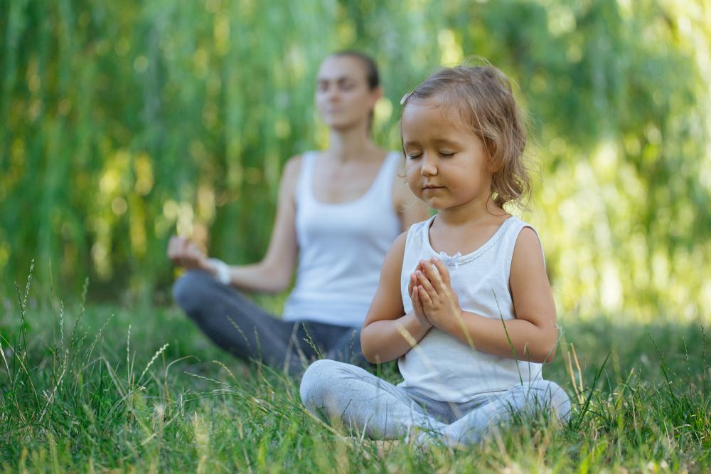 majka_i_djevojčica_meditiraju_u_prirodi