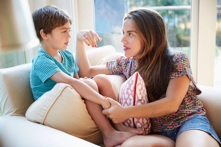 majka_razgovara_sa_sinom_na_fotelji